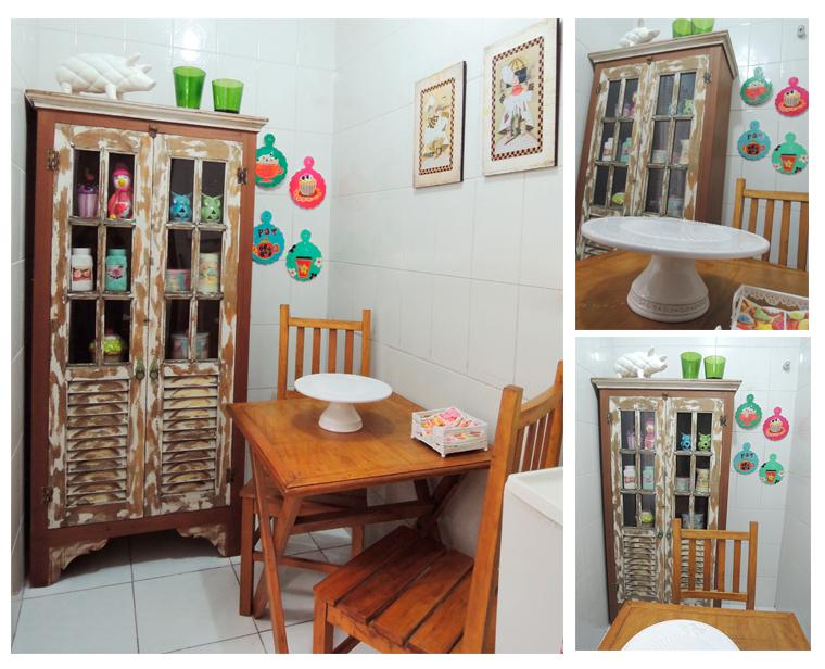 cozinha pequena colorida com móveis rusticos, mesa pequena com madeira demoliçõa